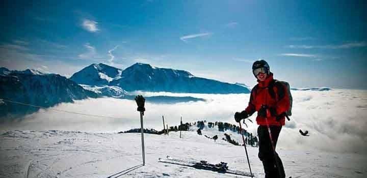 Narciarz na szczycie góry