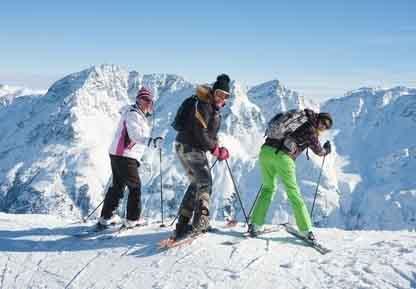 narciarze na stoku w Austrii
