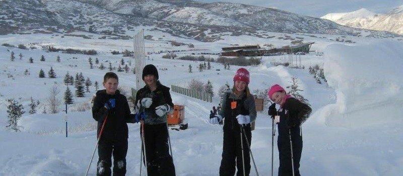 dzieci na nartach w trakcie Ferii