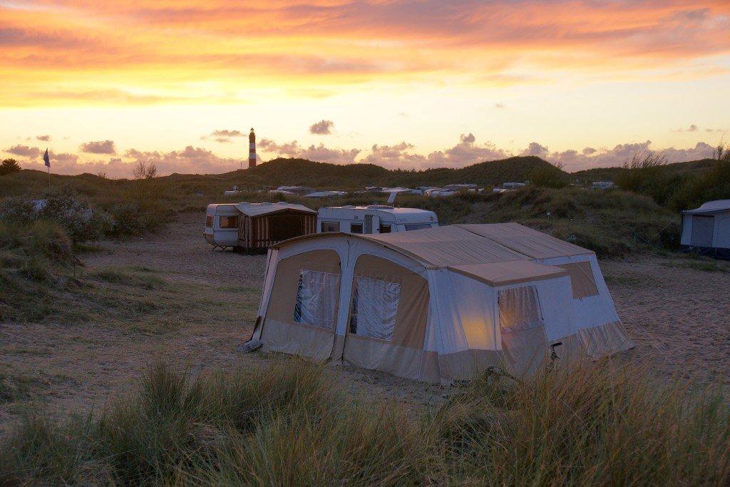 Wakacje z naturą, czyli co zabrać pod namiot?