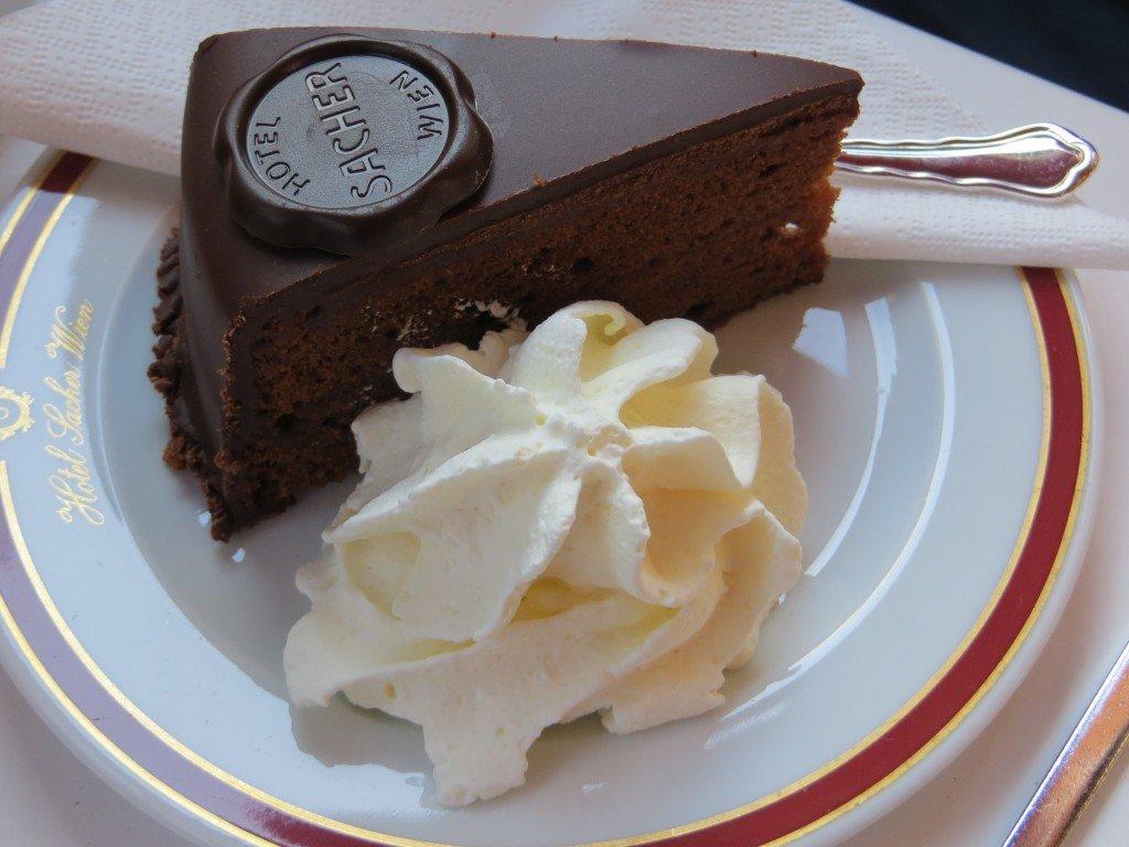 Gdzie zjeść tort Sachera i jak wybrać ubezpieczenie turystyczne do Austrii?