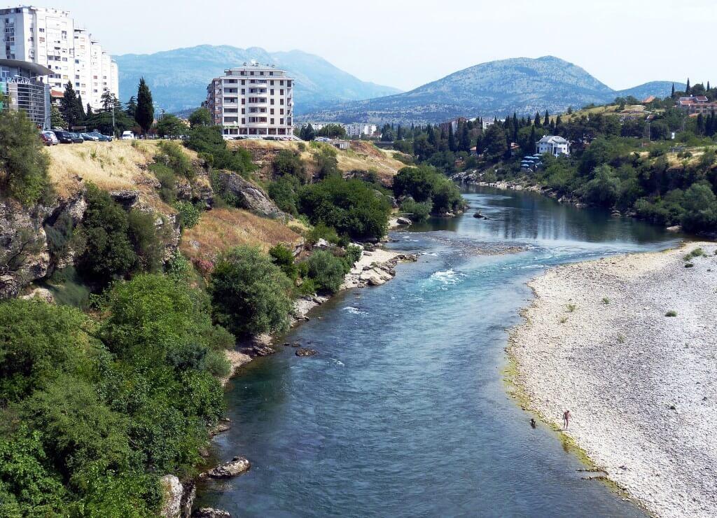 Bezpieczna podróż na Bałkany. Jak wybrać ubezpieczenie turystyczne do Czarnogóry?